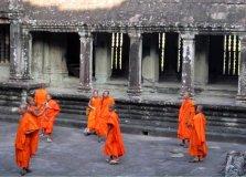 Buddhističtí mniši na nádvoří chrámu Ankgor Vat