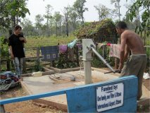 Mnoho organizací ze světa pomáhá hloubit studny