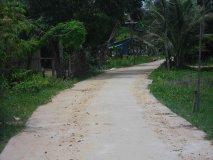 Cesta ke škole (srpen 2011) - místo pro školu bylo vybráno dobře. Cesta ke škole je betonová a je nad záplavovou úrovní