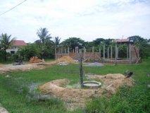 Studna před školou - nejprve byla v červnu vyhloubena studna, pak se začalo s pokládáním základní desky pro budovu školy. Na obrázku stav v červenci 2011