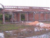 Stav školy na začátku září - i přes letošní dosti silné deště stavba pokračuje. Jako ochrana před vyšší vodou bude pozemek zvýšen násypem