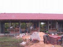 Stav začátkem listopadu - po opadnutí vody z katastrofálních říjnových záplav byla dokončena střecha a budou pokračovat práce na stavbě stěn