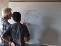 Roger se Sophatem kreslí logo
