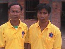 Vlevo pan Sophat, ředitel, správce školy a učitel angličtiny. Vpravo pan Sokna, učitel počítačů. Trička s logem školy jsou dar od CSP ke khmerskému Novému roku